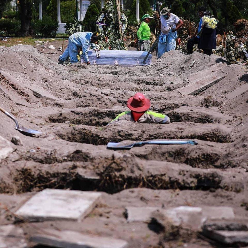 Photo of Cavan más tumbas para los muertos por covid-19 en cementerio de Ciudad de México.